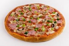 Pizza con pimienta dulce en un fondo blanco imagen de archivo libre de regalías