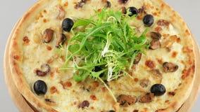 Pizza con queso de los mariscos y de la mozzarella almacen de metraje de vídeo