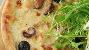 Pizza con queso de los mariscos y de la mozzarella almacen de video
