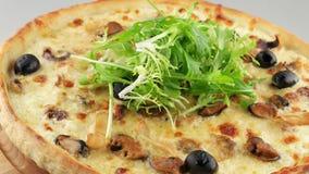 Pizza con queso de los mariscos y de la mozzarella metrajes