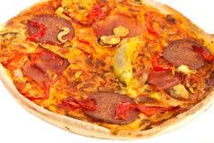 Pizza con queso, los tomates y el salami Imagenes de archivo