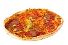 pizza con queso, los tomates y el salami Fotografía de archivo libre de regalías