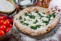 Pizza con queso, ricotta y espinaca de la mozzarella con fresco a Imágenes de archivo libres de regalías