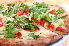 Pizza con queso, rucola y los tomates fotos de archivo libres de regalías