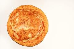 Pizza con queso y superior cerrado aislada en el fondo blanco imagen de archivo libre de regalías