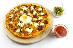 Pizza con salsa ed olive da sopra Fotografie Stock