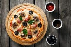 Pizza con tocino y queso Fotografía de archivo libre de regalías