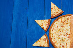 Pizza con tres quesos Foto de archivo