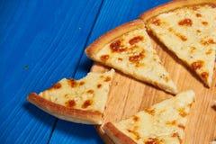 Pizza con tres quesos Foto de archivo libre de regalías