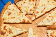Pizza con tres quesos Fotos de archivo libres de regalías