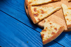 Pizza con tres quesos Imagen de archivo libre de regalías