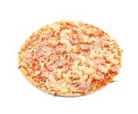 Pizza congelée cuite au four d'isolement Image stock