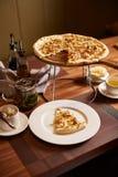 Pizza cortada italiano fotografía de archivo