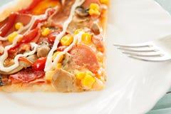 A pizza cortou o alimento italiano cozido e servido Foto de Stock