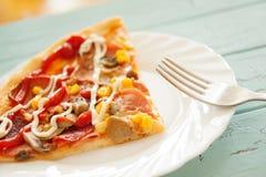 A pizza cortou o alimento italiano cozido e servido Imagem de Stock