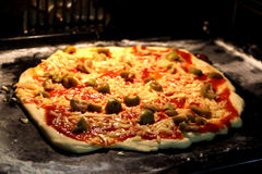 Pizza cotta domestica squisita Fotografie Stock Libere da Diritti