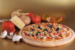 Pizza cotta fresca Fotografia Stock Libera da Diritti