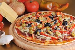 Pizza cotta fresca Immagine Stock Libera da Diritti