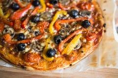 Pizza cotta fresca Immagini Stock