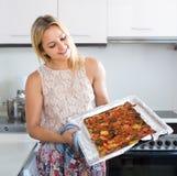 Pizza cotta troppo tenuta della donna sulla pentola Fotografia Stock Libera da Diritti