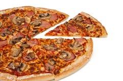 Pizza coupée en tranches de Hawaïen de champignon de couche et de jambon Image libre de droits