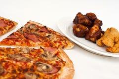 Pizza coupée en tranches de Hawaïen de champignon de couche et de jambon Images stock