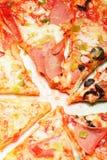 Pizza coupée en tranches de plaque Image libre de droits