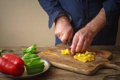Pizza coupée en tranches de poivre sur une planche à découper Images stock
