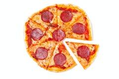 Pizza coupée en tranches de salami Photographie stock
