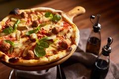 Pizza coupée en tranches par Italien avec des boulettes de viande Photo libre de droits