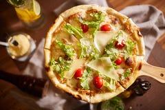 Pizza coupée en tranches par Italien tout préparée Images stock