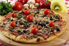 Pizza cozida arranjada no apoio de bambu Foto de Stock