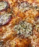 Pizza cozida do salame no close up para texturas imagens de stock royalty free