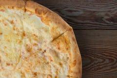 Pizza cozida no fundo de madeira imagem de stock royalty free