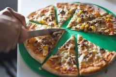A pizza cozinhou em casa o conceito imagens de stock royalty free