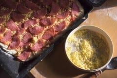 Pizza cru do salame e prato do queijo Shredded Fotografia de Stock