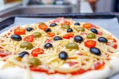 Pizza crua caseiro antes de cozer fotografia de stock royalty free