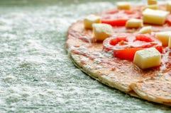 Pizza cruda con farina sulla tavola di legno verde Primo piano Immagine Stock Libera da Diritti