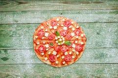 Pizza cruda con farina sulla tavola di legno verde Vista superiore Immagine Stock Libera da Diritti