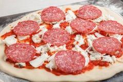 Pizza cruda lista para cocer Fotografía de archivo libre de regalías