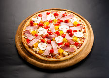 Pizza cruda sul bordo Fotografie Stock