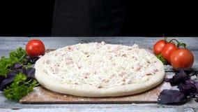 Pizza crue avec du jambon et le fromage Vue Pâte arrosée avec du fromage pour la pizza, entouré par des ingrédients avant la cuis clips vidéos