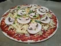 Pizza crue sur la casserole Images stock