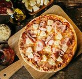 Pizza crujiente recientemente cocida del jamón y de la piña Foto de archivo libre de regalías