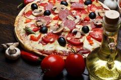 Pizza cucinata calda fotografie stock