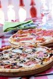 Pizza cucinata fresca Fotografie Stock Libere da Diritti
