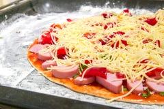 Pizza cuite à la maison Pizza des ingrédients naturels Effectué avec amour Image libre de droits