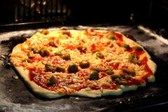 Pizza cuite au four à la maison délicieuse photos libres de droits