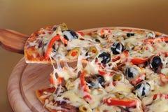 Pizza cuite au four fraîche Images stock