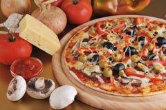 Pizza cuite au four fraîche Photos stock